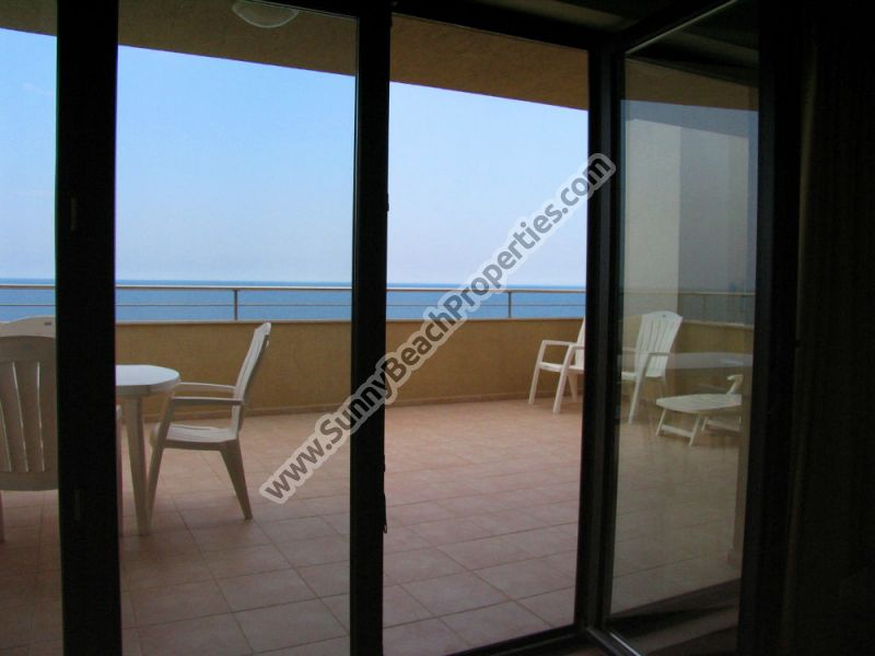 Beachfront sea view furnished 2-bedroom apartment in 4**** Byala Beach Resort on the beach in Byala